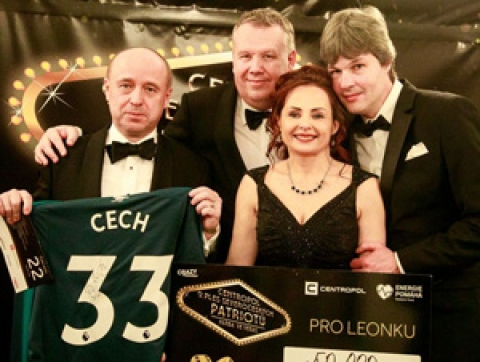 Na 9. Centropol plesu severočeských patriotů se vydražil dres Petra Čecha